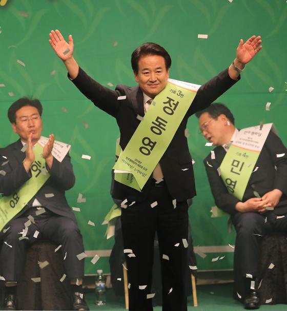 지난달 5일 오후 서울 여의도 중소기업중앙회에서 열린 민주평화당 전당대회에서 새 당 대표로 선출된 정동영 의원이 두손을 번쩍 들고 인사하고 있다. [연합뉴스]