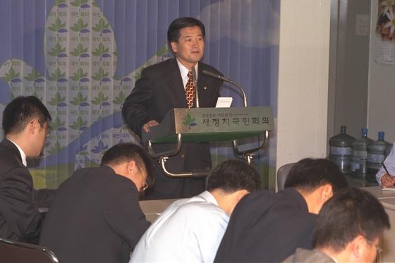 1997년 국민회의 정동영 대변인이 신한국당측 비자금설에 대한 반박논평을 하고 있다. [중앙포토]