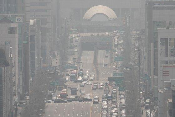 수도권 미세먼지 비상저감조치가 이틀 연속 발령된 지난 3월 27일 오후 서울 서초구 반포대로 일대가 뿌옇다. [뉴스1]