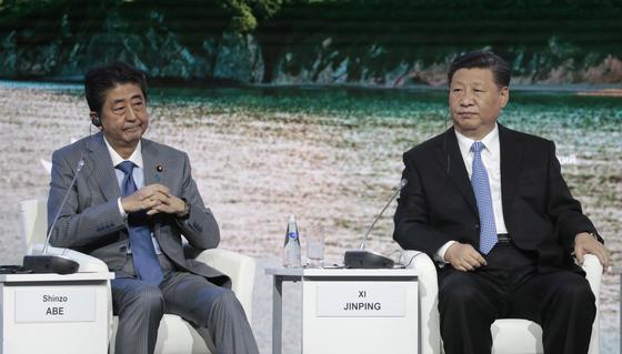 동방경제포럼에 참석한 아베 신조 일본 총리와 시진핑 중국 국가주석이 푸틴 대통령의 연설을 듣고 있다. [EPA=연합뉴스]