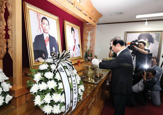 김병준 자유한국당 비상대책위원장이 11일 박정희 전 대통령 생가를 찾아 분향하고 있다. [뉴스1]