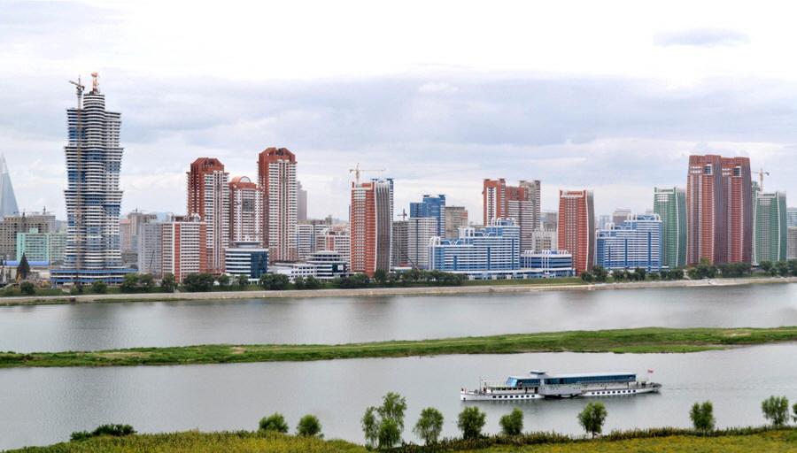 대동강변 미래과학자거리 인근에 들어서고 있는 고층 아파트단지. 사진공동취재단