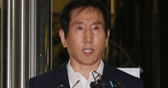 이명박 정부 시절 '경찰 댓글 공작'을 총지휘한 혐의를 받는 조현오 전 경찰청장이 12일 오전 서울 서대문구 경찰청에 피의자 신분으로 출석, 취재진의 질문을 받고 있다. [뉴시스]