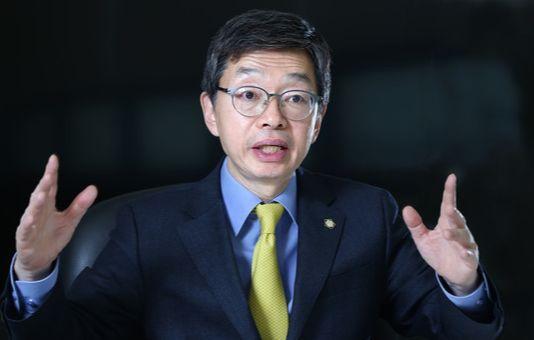 """김현 변협회장은 다섯달 전 법무부가 이석태 헌법재판관 후보자를 무궁화장 수상자로 결정한 일에 대해 """"잘못된 결정이었다는 생각에 변함이 없다""""고 밝혔다. [중앙포토]"""
