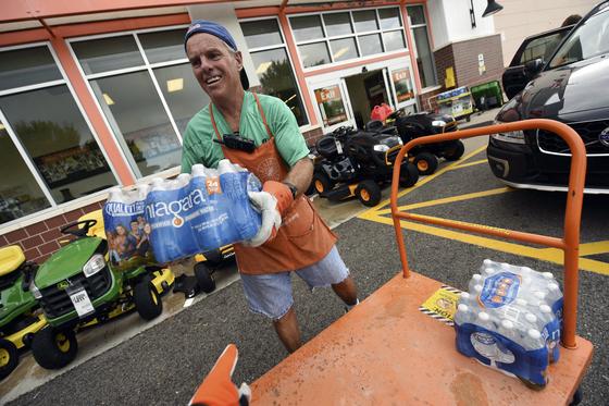 10일 델라웨어주 윌밍턴 주민이 허리케인 플로렌스에 대비해 생수를 실어나르고 있다. [AP=연합뉴스]