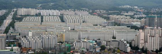 재건축 대장주로 꼽히는 서울 강남구 대치동 은마 아파트. 최근 1년간 집값이 5억원가량 급등했다. 이 아파트는 2006년에도 치솟았지만 그 뒤 10년 정도 약세기를 거쳤다.