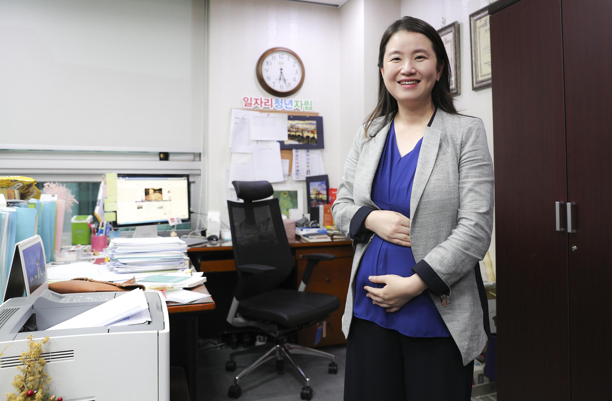 자신의 국회의원 사물실에서 포즈를 취하고 있는 신보라 자유한국당 의원. [중앙포토]