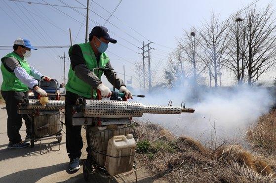 대구 동구보건소 방역반 관계자들이 지난 4월 대구 동구 금강동의 한 축사 주변에서 일본뇌염 관련 방역작업을 하고 있다.[뉴스1]