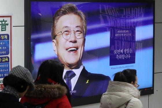 지난 1월 서울 지하철 5호선 광화문역에 문재인 대통령의 생일을 축하하는 광고가 실려있다.[뉴스1]