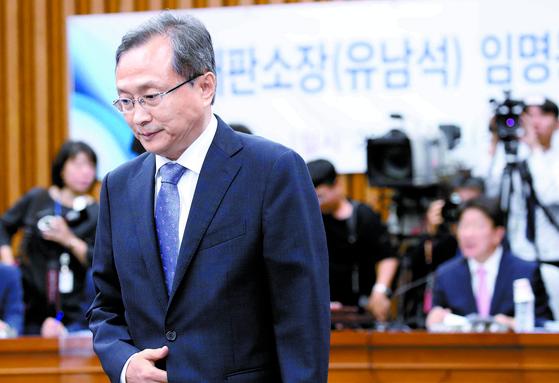 유남석 헌법재판소장 후보자가 12일 국회 인사청문회에서 선서한 뒤 자리에 앉고 있다. [오종택 기자]