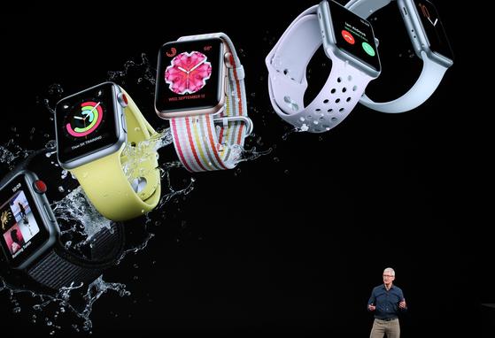 팀 쿡 애플 최고경영자(CEO)가 12일(현지 시간) 아이폰XS 신제품과 애플 와치 4시리즈 신제품을 공개한 뒤 설명하고 있다. [쿠퍼티노=AFP 연합뉴스]