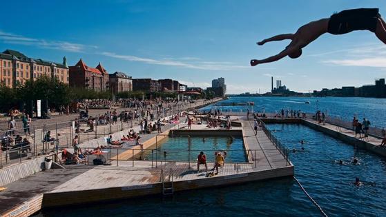 올여름 기록적인 폭염이 이어지면서 북유럽이나 일본 홋카이도 같은 선선한 해외여행지를 찾는 한국인이 크게 늘었다. 코펜하겐 항구 수영장에서 수영을 즐기는 사람들. [사진 주한덴마크대사관]