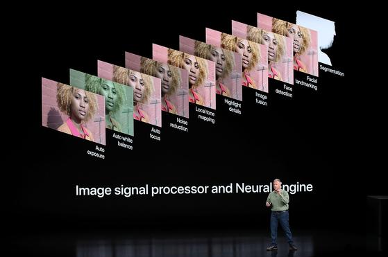 필 쉴러 애플 부사장이 12일 발표회에서 신형 아이폰XS시리즈의 카메라와 이미지 처리 기능을 설명하고 있다. [쿠퍼티노 AP=연합뉴스]