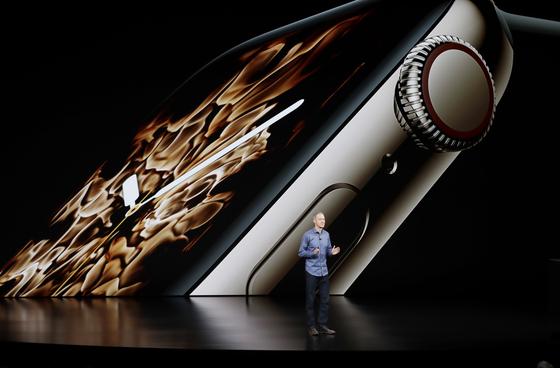 제프 윌리엄스 애플 최고운영책임자(COO)가 미국 식품의약국(FDA)의 승인을 받은 심전도 측정 기능을 갖춘 새로운 애플 와치 시리즈4를 12일(현지 시간) 소개하고 있다. [쿠퍼티노=AP 연합뉴스]