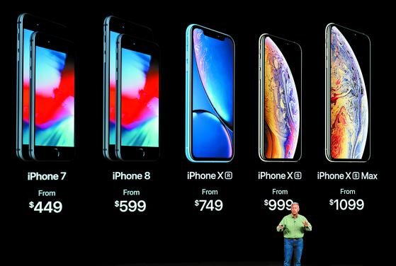 애플 필 쉴러 부사장이 12일 미국 캘리포니아주 쿠퍼티노 스티브잡스 시어터에서 열린 아이폰XS시리즈 공개 행사에서 아이폰XS시리즈 가격을 설명하고 있다. [쿠퍼티노 AP=연합뉴스]
