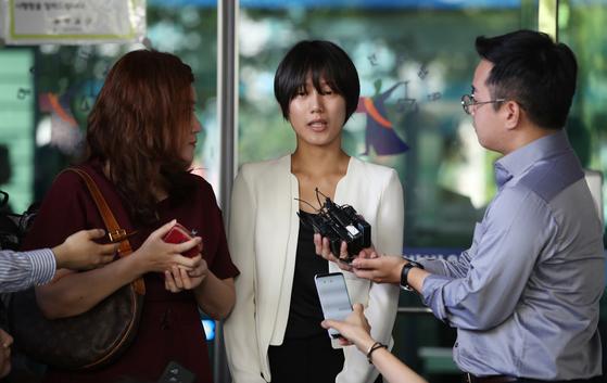 5일 오전 서울 서부지방법원에서 열린 '유튜버 촬영물 유포 및 강제추행 사건' 제1회 공판을 방청한 피해자 양예원씨가 기자들의 질문에 답하고 있다. [연합뉴스]