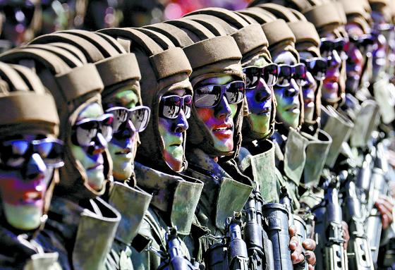 북한군 특수부대 요원들이 9일 평양 김일성광장 에서 열린 북한 정권 수립 70주년(9·9절) 기념 열병식에서 행진하고 있다. 중국 CC-TV는 이번 열병식에 참가한 시민은 약 10만 명, 군인은 1만 2000여 명이라고 보도했다. [AP=연합뉴스]