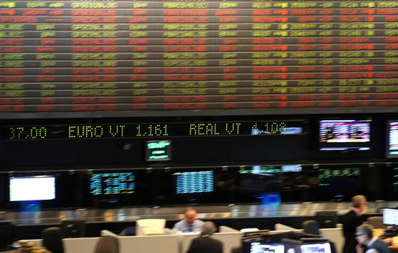 11일(현지시간) 헤알화 가치가 급락하는 등 브라질 금융시장이 출렁였다. 사진은 이날 유로화와 헤알화 가치가 표시된 아르헨티나 부에노스아이레스 증권거래소의 전광판. [로이터=연합뉴스]