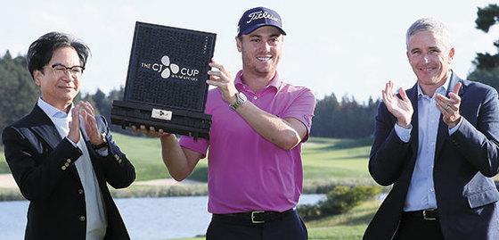 저스틴 토머스가 한국에서 열린 첫 PGA 투어 대회인 더CJ컵에서 2차 플레이오프 끝에 초대 챔피언이 됐다. 한글로 이름을 새긴 우승 트로피를 들어올리면서 활짝 웃는 토머스(가운데). 왼쪽은 이재현 CJ 회장, 오른쪽은 제이 모나한 PGA 커미셔너. [제주=연합뉴스]
