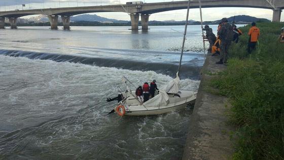 지난 10일 오후 5시 24분쯤 경기도 김포시 고촌읍 한강 신곡수중보. 하류 10m 지점에서 요트에 탄 채 고립된 A씨(63) 등 4명을 구조대원들이 구조하고 있다. [사진 경기도재난안전본부]