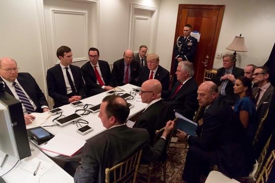 트럼프 대통령이 허버트 맥매스터 국가안보보좌관, 틸러슨 등과 국가안보회의를 주재하는 모습[백악관]