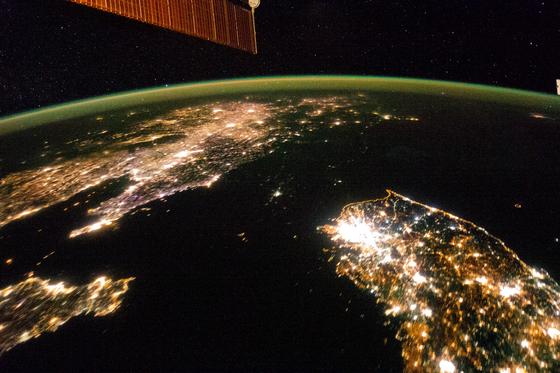 지난 2014년 NASA가 촬영한 한반도 사진. 한국(남한)은 불빛으로 가득찬 반면 북한은 어둡다. 그만큼 북한의 경제 활동이 덜하다는 의미다. [NASA earth observatory]