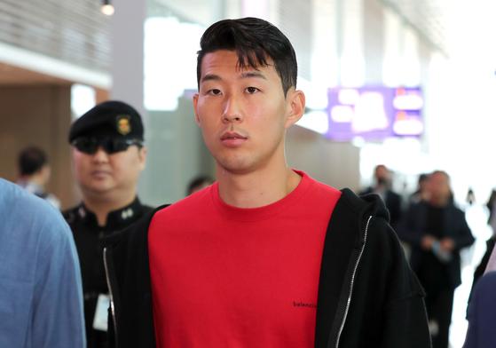 12일 인천국제공항에서 영국 출국을 준비하는 손흥민. [뉴스1]