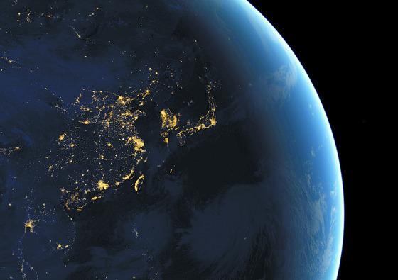 지난 2012년 촬영된 NASA의 항공 위성사진. 후진국에 속하는 북한에서는 빛이 보이지 않는다. 한국(남한), 일본 등과 대조적이다. [로이터=연합뉴스]