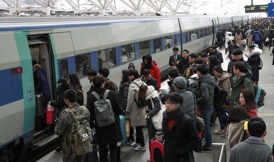 KTX와 SRT에 승객이 몰리고 있지만 평택~오송 구간 등의 병목 탓에 증편을 못하고 있다. [중앙포토]