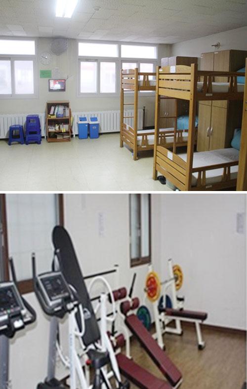 천안개방교도소엔 살인 등 강력범죄자 200여 명이 수감돼있다. 수용자 거실(위)에는 일반 교도소에서 볼 수 없는 2층 침대가 있다. 체력단련장에선 기구를 이용해 운동할 수 있다. [사진 천안개방교도소]