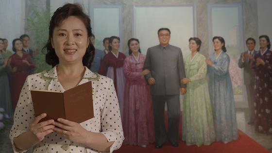 '안나, 평양에서 영화를 배우다'에서 김정일의 영화 지침을 낭독하는 북한 배우 리경희. [사진 독포레스트]