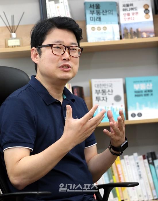 김학렬 더리서치그룹 부동산조사연구소장이 `똘똘한 한 채` 사는 방법에 대해 설명하고 있다. 정시종 기자 jung.sichong@jtbc.co.kr