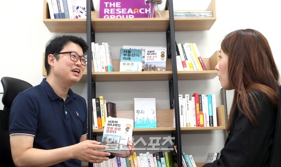 책 `서울이 아니어도 오를 곳은 오른다`에 대해 소개하고 있는 김학렬 소장. 정시종 기자