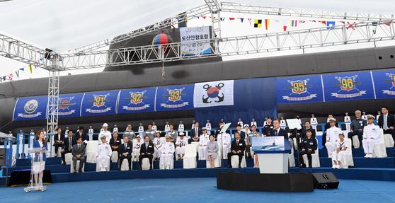문재인 대통령이 참석한 가운데 14일 오후 경남 거제시 두모동 대우조선해양에서 '도산안창호함(잠수함) 진수식'이 열리고 있다. 김상선 기자