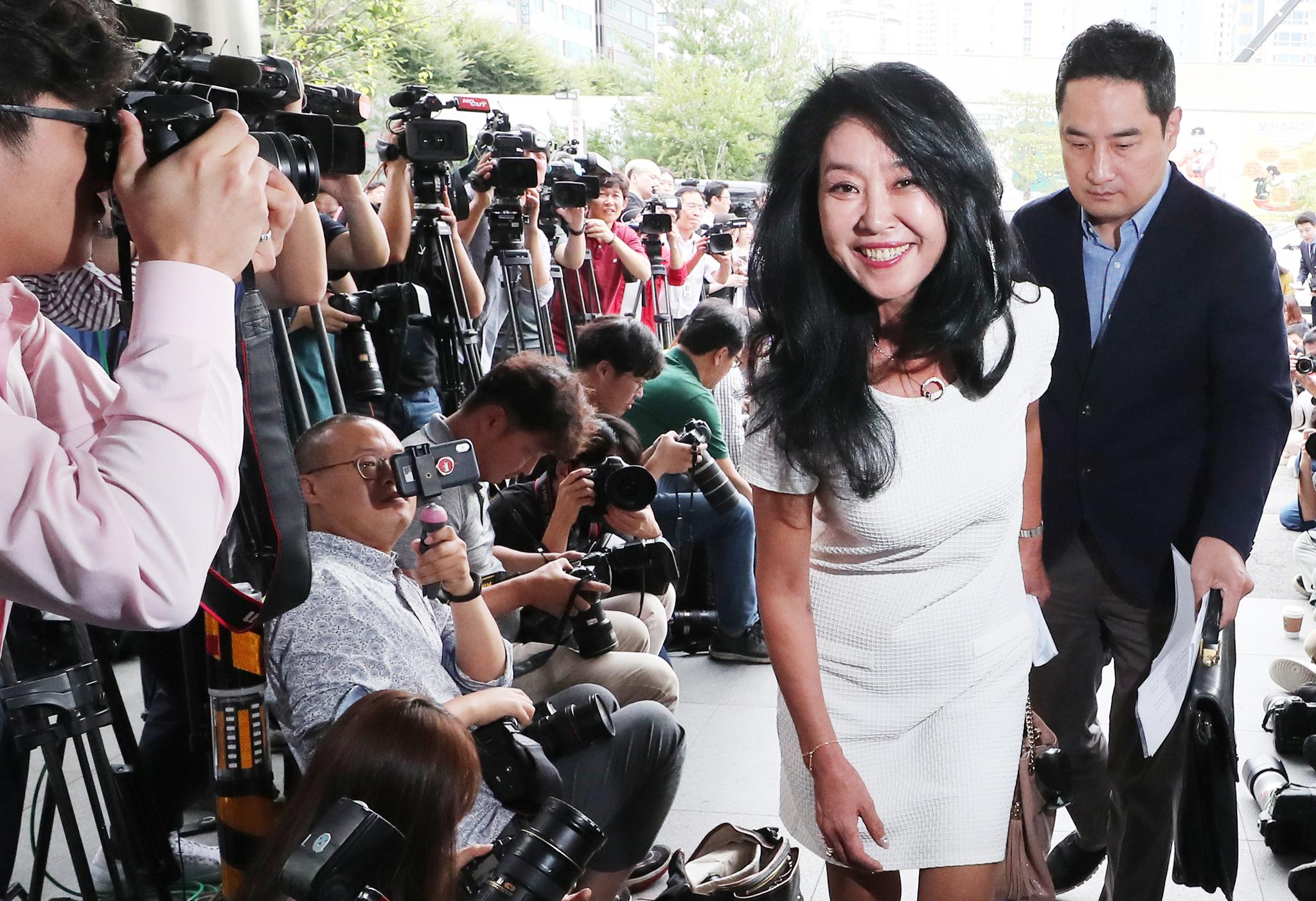 김부선 씨와 강용석 변호사가 경찰서로 들어오고 있다. [뉴시스]