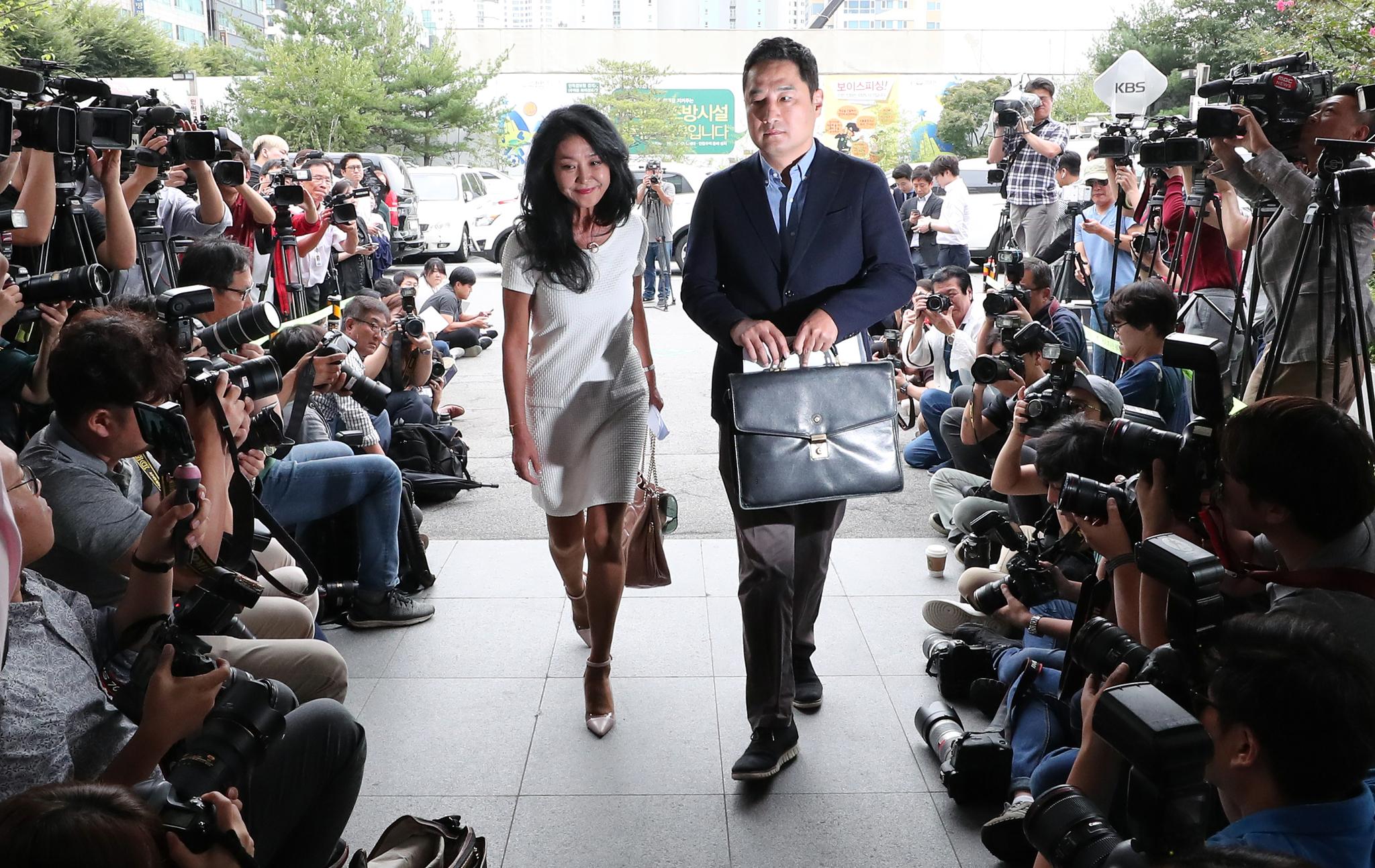 이재명 경기도지사의 '여배우 스캔들' 의혹을 제기한 배우 김부선 씨가 14일 오후 경기 성남 분당경찰서로 법률대리인 강용석 변호사와 함께 출석하고 있다. [뉴시스]