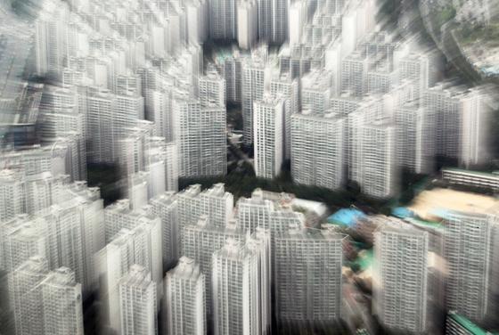 정부의 부동산 대책 발표에 시장이 술렁이고 있다. 사진은 13일 오후 서울 송파구 일대의 아파트 단지. [뉴스1]