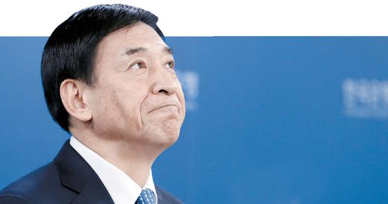 지난해 11월 30일 오전 서울 중구 한국은행에서 이주열 한은 총재가 0.25%포인트 기준금리 인상 이후 통화정책 관련 취재진의 질문을 듣고 있다. 우상조 기자