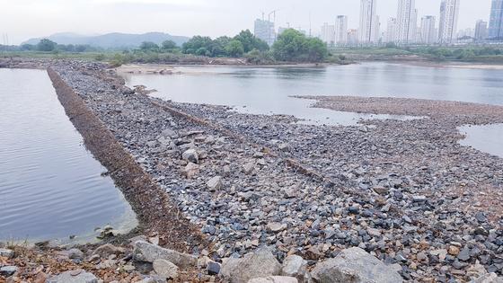 지난 8월 집중호우로 유실된 세종시 금강에 설치된 자갈보 모습. 자갈보는 세종보에서 상류 5km지점에 설치돼 있다. 프리랜서 김성태
