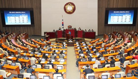 더불어민주당 박영선 의원이 13일 오전 국회 본회의에서 대정부 질문을 하며 전광판에 역대정부의 경제 관련 자료를 보여주고 있다. [연합뉴스]