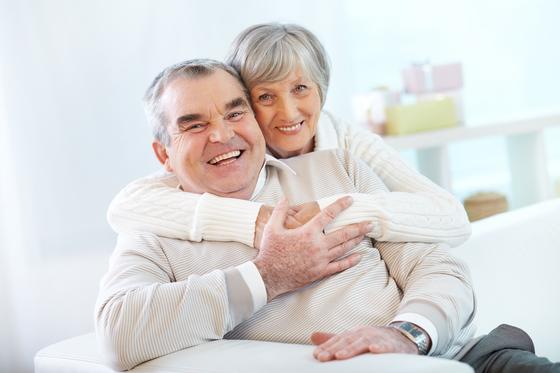 행복한 부부관계를 위해 하루에 4번은 꼭 서로를 안아주자. 짧은 순간이지만 부부가 서로를 느끼기 충분한 시간이다. [사진 Freepik]