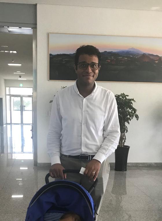14일 제주출입국·외국인청이 23명의 예멘인에 대해 인도적 체류를 허가 했다. 사진은 인도적 체류 허가를 받고 이날 청사를 빠져나오고 있는 모하메드. 최충일 기자