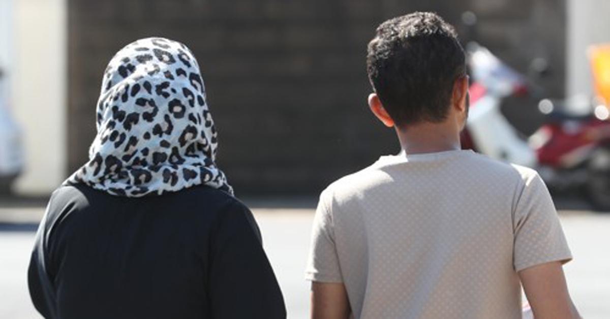 예멘인 난민신청자들이 14일 오전 제주시 용담동 제주출입국·외국인청에서 1년 간의 인도적 체류 허가를 받고 청사를 나서고 있다.[연합뉴스]