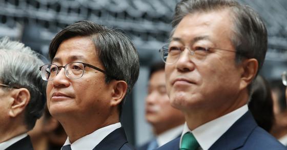 문재인 대통령(오른쪽)과 김명수 대법원장이 13일 오전 서울 서초동 대법원 중앙홀에서 열린 사법부 70주년 행사에 참석했다. [연합뉴스]
