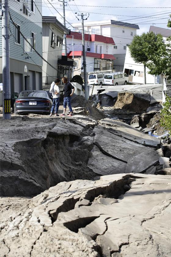 강진에 함몰된 삿포로의 도로와 기울어진 건물.[삿포로 교도=연합뉴스]