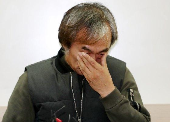 영화촬영 중 상대 여배우를 성추행했다는 혐의를 받고 있는 배우 조덕제가 7일 오후 서울 종로구 피앤티스퀘어에서 열린 입장 표명 기자회견에서 눈물을 닦고 있다. [뉴스1]