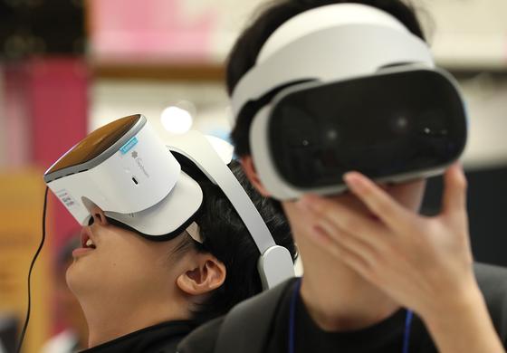 지난 13일 오후 서울 강남구 코엑스에서 열린 2018 이러닝 코리아 국제 박람회를 찾은 학생들이 초등학교 수업용 실감형콘텐츠를 VR체험하고 있다. 이러닝 코리아 국제 박람회는 15일까지 열린다. [연합뉴스]