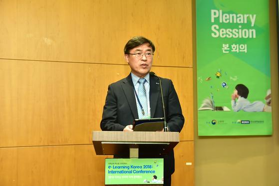 """컨퍼런스를 주관하는 한국교육학술정보원의 한석수 원장은 '4차산업 혁명이 빠른 속도로 변화하면서 교육도 많은 변화에 직면해서 창의 융합형 인재 양성이 새로운 목표가 됐다""""고 말했다. [한국교육학술정보원 제공]"""