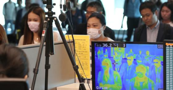 [공항 검역 비상 공항 검역 비상   (영종도=연합뉴스) 김주성 기자 = 국내에서 3년 만에 중동호흡기증후군(메르스) 환자가 발생한 가운데 10일 오전 인천국제공항 제2터미널에서 입국객들이 체온을 측정하기 위한 열화상카메라 앞을 지나고 있다. 2018.9.10   utzza@yna.co.kr/2018-09-10 13:00:10/ <저작권자 ⓒ 1980-2018 ㈜연합뉴스. 무단 전재 재배포 금지.>