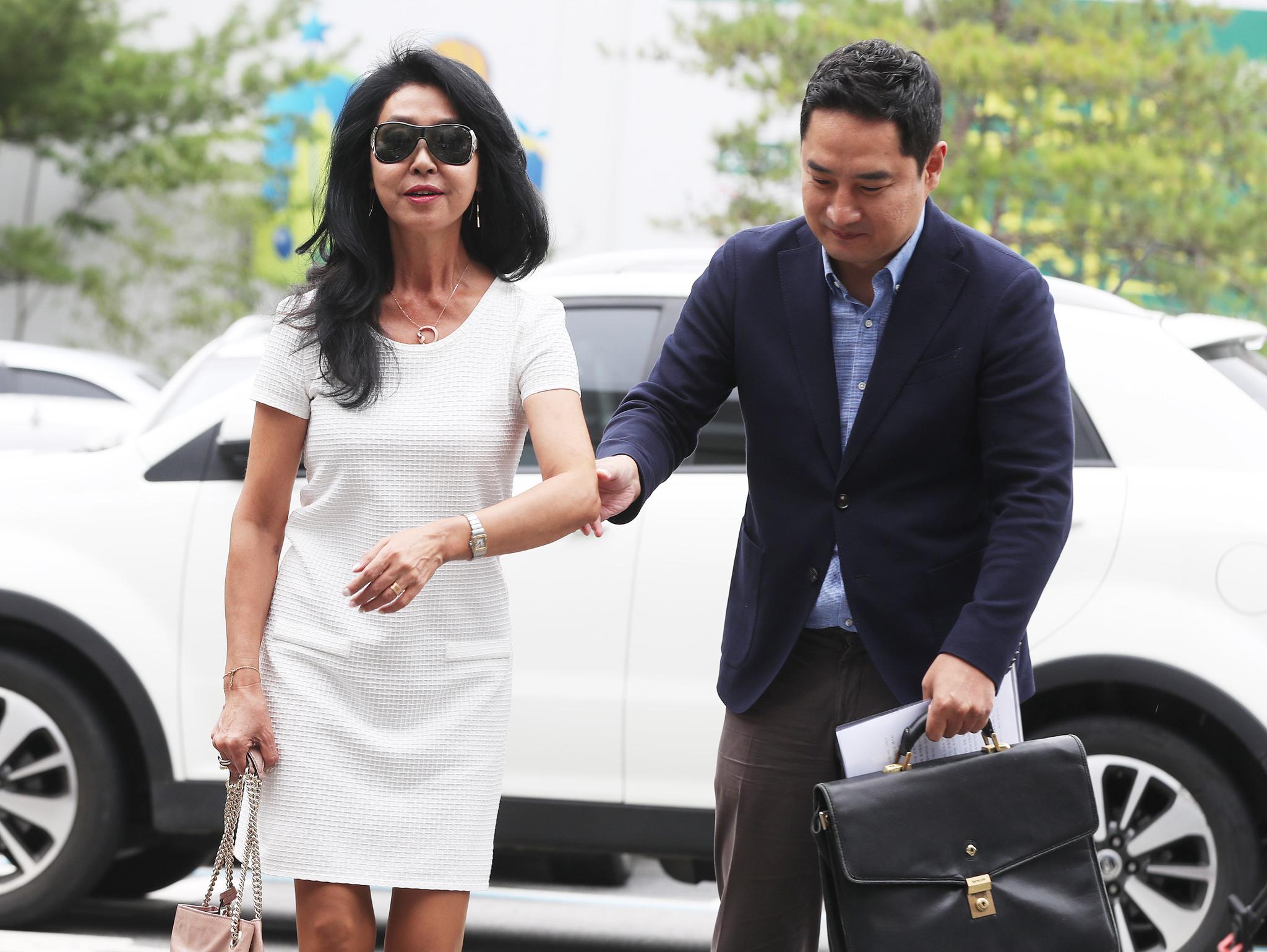배우 김부선씨와 강용석 변호사가 차량에서 내려 포토라인에 서고 있다.[연합뉴스]
